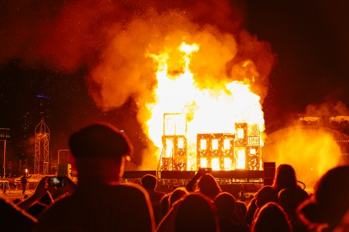 One of the main attractions of the festival was the ceremonial burning of Chicago, celebrating the rebirth of the city after the Great Chicago Fire. (Garrett Duncan / The DePaulia)