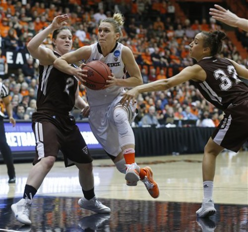 Oregon State's Jamie Weisner, center, jumps between St. Bonaventure's Mariah Ruff, left, and Miranda Drummond, right, in the first half of a second round women's college basketball game in the NCAA Tournament in Corvallis, Ore., Sunday, March 20, 2016. (AP Photo/Timothy J. Gonzalez)