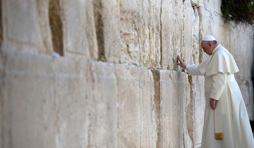 "When Pope Francis visited Israel in 2014, one of his stops was at the Western Wall. This photo is part of an exhibition titled ""Building Bridges of Faith,"" which will be on display at Richardson Library this spring. (Photo courtesy of Israel's Ministry of Foreign Affairs)​"