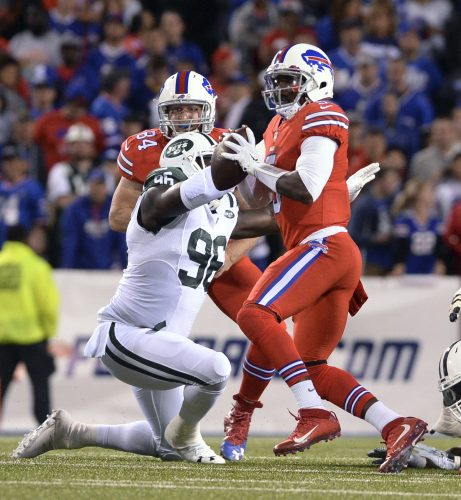 Buffalo Bills quarterback Tyrod Taylor (right) was removed from a game to be examined for head injury. (Photo by Adrian Kraus / ASSOCIATED PRESS)