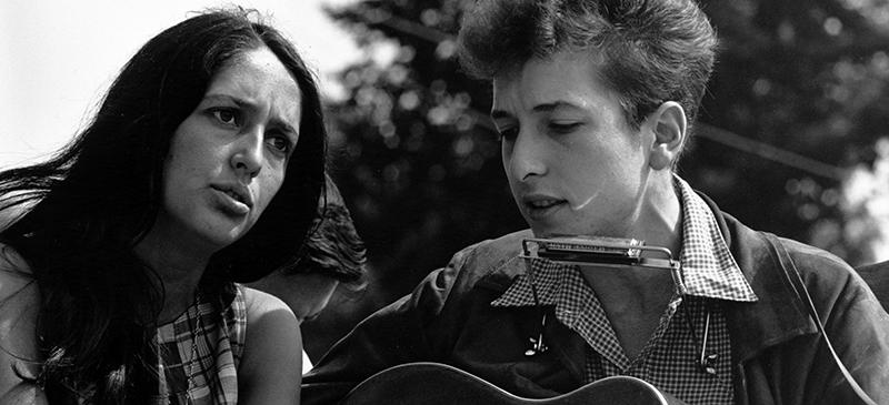 Singer-songwriters Joan Baez (left) and Bob Dylan (right). (Creative Commons)