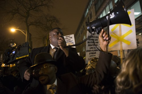 Pastor Shaun Marshall leads 16 minutes of prayer for the 16 shots fired at Laquan McDonald. (Geoff Stellfox / The DePaulia)