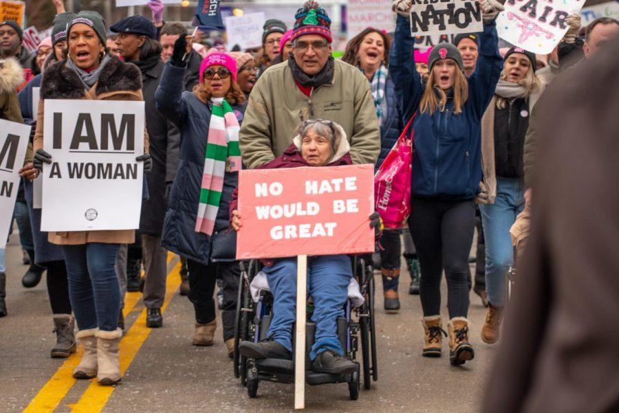Los manifestantes marchan por el este de Jackson Drive durante la Marcha Anual de las Mujeres en Chicago. La marcha de este año quería traer conciencia a las personas con discapacidad.