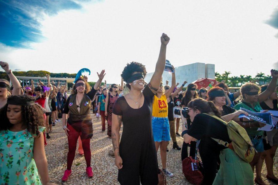 Mujeres en Brasil levantan sus puños protestando lo que dicen ser un 'estado opresivo.' Mujeres alrededor de Latinoamérica han estado usando la canción