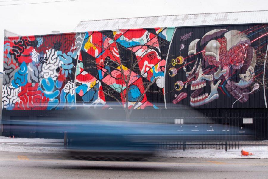 Un carro maneja por el nuevo local de música Radius Chicago en el este de Pilsen. El primer concierto del local va ser de Dillon Francis.