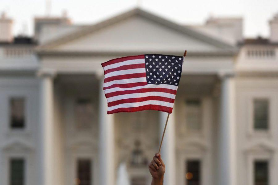 Una bandera se alza enfrente de la Casa Blanca en Washington. La administración de Trump salió con unas nuevas restricciones de visa conocido como 'Turismo de Nacimiento.'