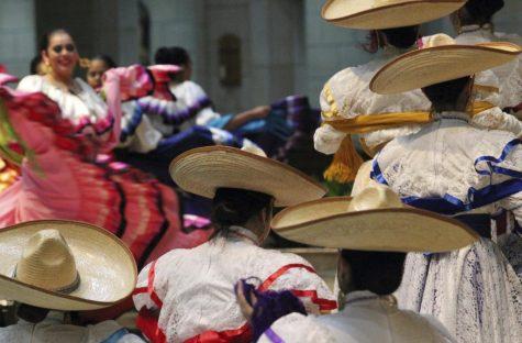 Los bailarines folclóricos de Misión de Parques y Recreación se presentan durante el 9 ° Concierto Anual de Mariachi en la Basílica del Santuario Nacional de Nuestra Señora de San Juan del Valle.