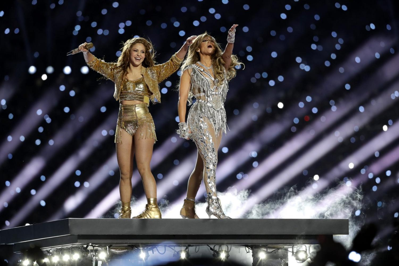 Shakira y Jennifer Lopez se presentan durante el medio tiempo del partido de fútbol americano NFL Super Bowl 54 entre los Jefes de Kansas City y los 49ers de San Francisco.