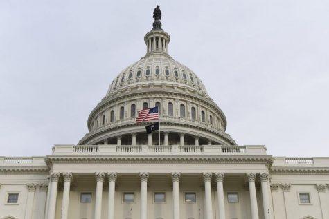La bandera estadounidense ondea fuera del Capitolio de los Estados Unidos antes de que el presidente Donald Trump entregue su discurso sobre el estado de la Unión en una sesión conjunta del Congreso en el Capitolio en Washington.