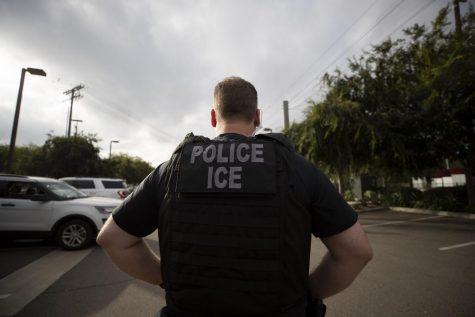 Un oficial de Inmigración y Control de Aduanas (ICE) de los EE. UU. observa una operación en Escondido, California, condado de San Diego.