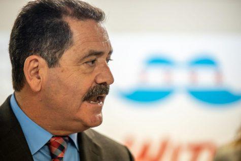El congresista Jesús García anuncia su intento de reelección a un grupo de simpatizantes en el vecindario de Brighton Park.