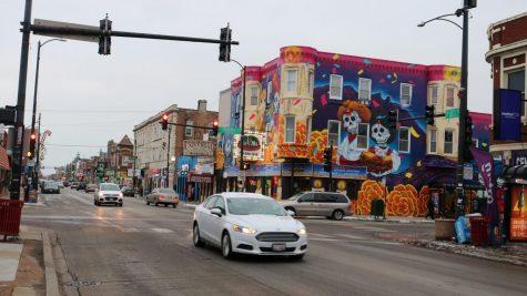 La calle 26 es una carretera a dos millas de 500 tiendas y es parte del segundo mercado comercial con mayor ingreso en Chicago. Está decorado con murales, banderas mexicanas y albergas, desde tiendas minoristas corporativas hasta carros de paleteros.