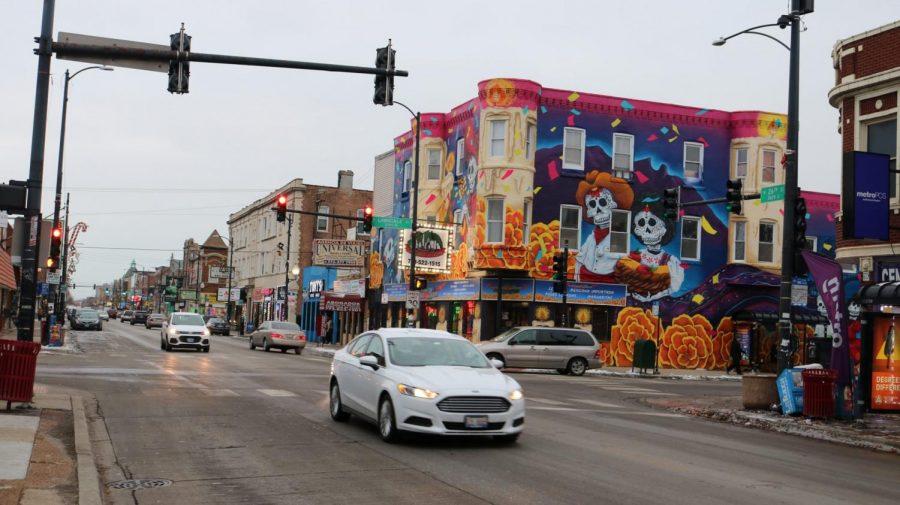 La+calle+26+es+una+carretera+a+dos+millas+de+500+tiendas+y+es+parte+del+segundo+mercado+comercial+con+mayor+ingreso+en+Chicago.+Est%C3%A1+decorado+con+murales%2C+banderas+mexicanas+y+albergas%2C+desde+tiendas+minoristas+corporativas+hasta+carros+de+paleteros.