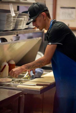 El cocinero Luis Eduardo Prado limpia su estación en La Chilangueada, el restaurante está abierto desde 2004.