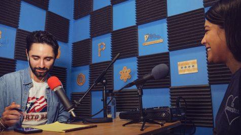 Joshua Smyser-DeLeon habla con Sabrina Alicea en el estudio de