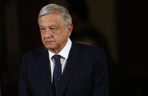 El presidente de México, Andrés Manuel López Obrador, llega para su conferencia de prensa diaria, con funcionarios de salud, al palacio presidencial en la Ciudad de México.
