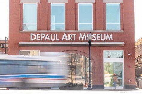 Un autobús pasa en frente del Museo de Arte DePaul.