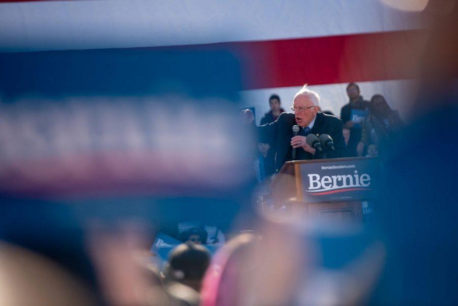 El candidato presidencial, senador Bernie Sanders, habla en frente una gran multitud en Grant Park el sábado 7 de marzo.