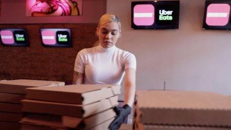 Una trabajadora del restaurante DSTRKT Bar & Grill prepara pizzas para distribuir al personal de primeros auxilios.