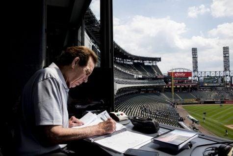 El locutor de los Chicago White Sox, Ed Farmer, escribe la lista de juegos.