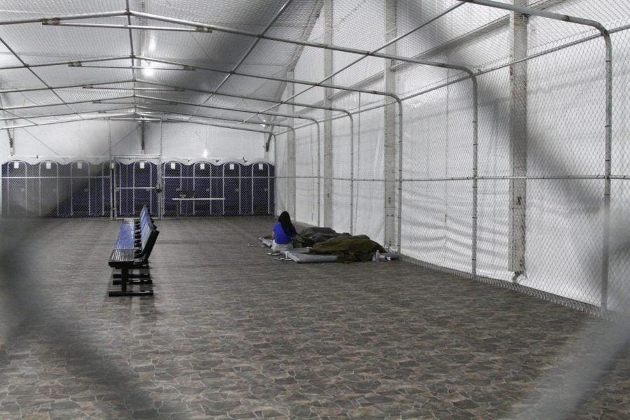 Los inmigrantes son detenidos en una jaula de campaña con aire acondicionado en un centro de detención de la Patrulla Fronteriza en Tornillo, Texas.