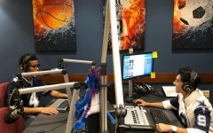 Estudiantes hablando en la emisora de deportes de DePaul.