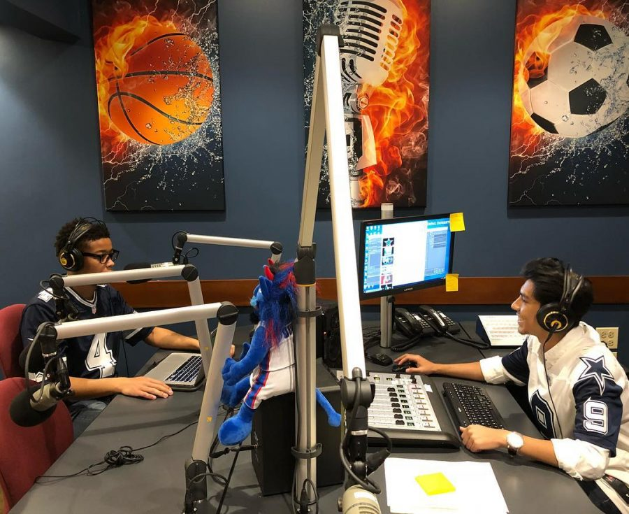 Estudiantes+hablando+en+la+emisora+de+deportes+de+DePaul.+