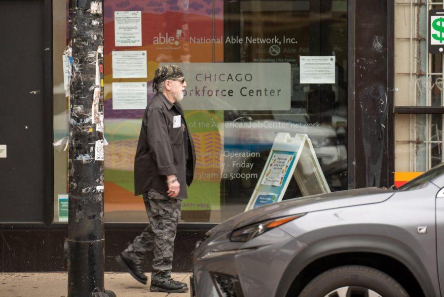 Un hombre camina frente al Chicago Workforce Center en Pilsen.