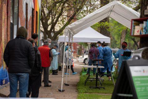 Los trabajadores del Proyecto Vida hacen pruebas de Covid-19 a los residentes de La Villita. La prueba está disponible para todos, sin importar su estatus migratorio.