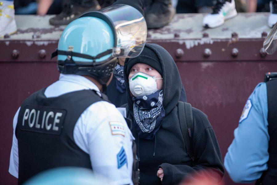 Un manifestante habla con un oficial de policía de Chicago durante la protesta de George Floyd. A protestor speaks to a Chicago police officer during the George Floyd protest.