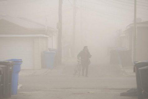 En esta foto del 11 de abril de 2020, un fotógrafo con una bicicleta camina a través de la nube de polvo que desciende a través del vecindario de La Villita, después de que la pila de humo de la Estación Generadora Crawford fue implosionada en Chicago.Cincuenta años después de que el primer Día de la Tierra ayudara a estimular el activismo sobre la contaminación del aire y el agua y la desaparición de plantas y animales, las mejoras significativas son innegables, pero persisten desafíos monumentales. Las comunidades minoritarias sufren desproporcionadamente la contaminación continua. La deforestación, la pérdida de hábitat y la sobrepesca han causado estragos en la biodiversidad mundial. Y la amenaza existencial del cambio climático se avecina en grande.