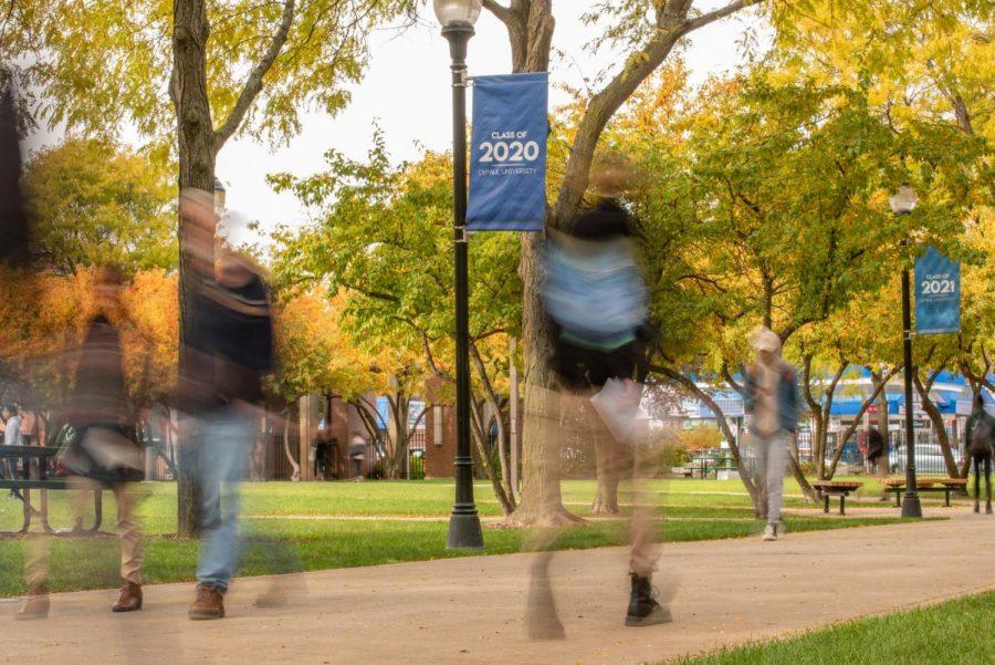 Los estudiantes caminan por la Universidad DePaul.