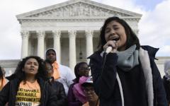Michelle Lainez, de 17 años, originaria de El Salvador pero que ahora vive en Gaithersburg, Md., habla durante un mitin fuera de la Corte Suprema en Washington, el viernes 8 de noviembre de 2019. La Corte Suprema asume el martes el plan de la administración Trump de poner fin a las protecciones legales que protegen a casi 700.000 inmigrantes de la deportación, en un caso con fuertes connotaciones políticas en medio de la campaña de las elecciones presidenciales de 2020.