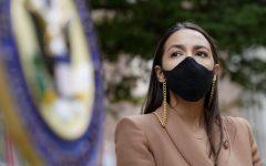 La representante Alexandria Ocasio-Cortez, demócrata de Nueva York, usa una mascarilla mientras espera para hablar durante una conferencia de prensa frente a la estación de USPS Jamaica, el martes 18 de agosto de 2020, en el distrito de Queens de Nueva York. Democratic National Convention | AP Photo.