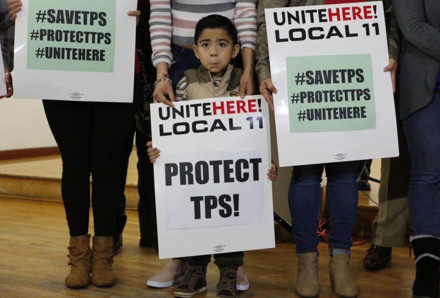 Mateo Barrera, 4, originario de El Salvador, con sus familiares quien benefician del Estatus de Protección Temporal apoyaron a una conferencia de prensa en Los Ángeles.