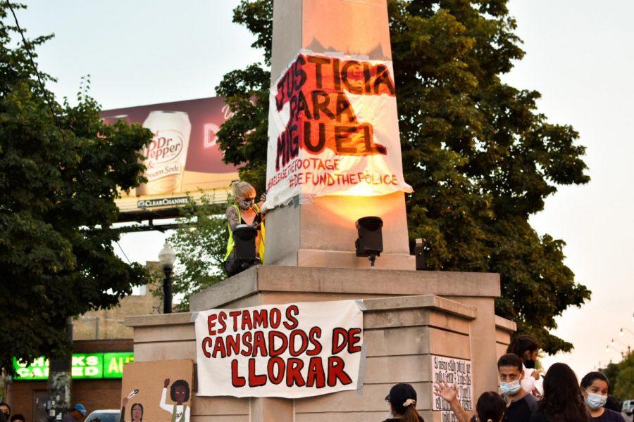 Al final de la marcha, se colocó una pancarta con el nombre de Miguel en la Plaza Tenochtitlán. // The march ended with a banner with Miguel's name placed in Tenochtitlan Square.