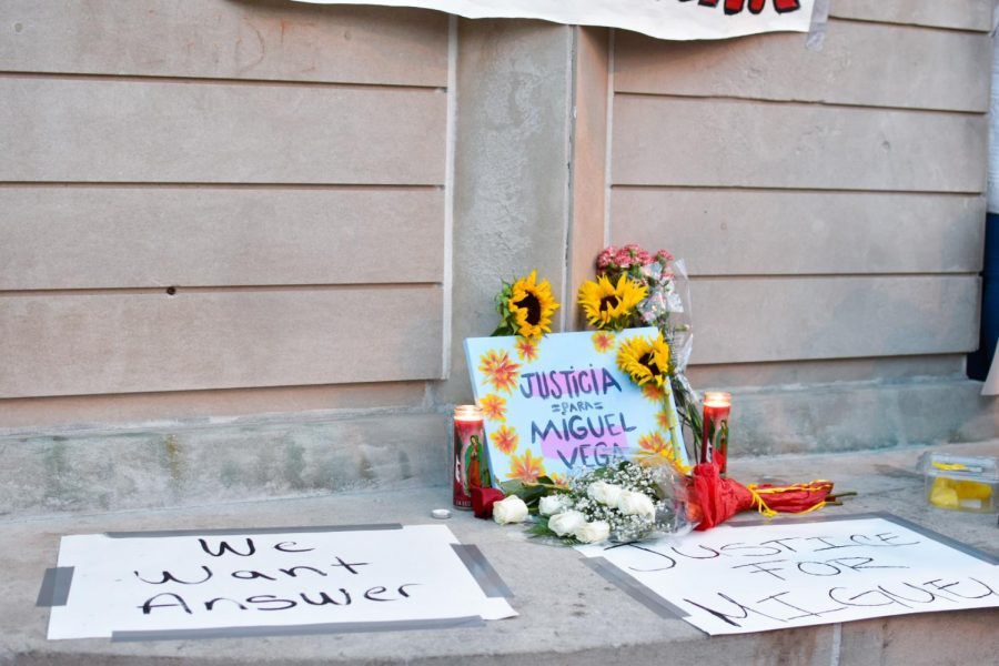 En la Plaza Tenochtitlán se dejó un altar con flores, carteles y velas pidiendo justicia para Vega. // An altar donned with flowers, signs, and candles was left at Plaza Tenochtitlán calling for justice for Vega.