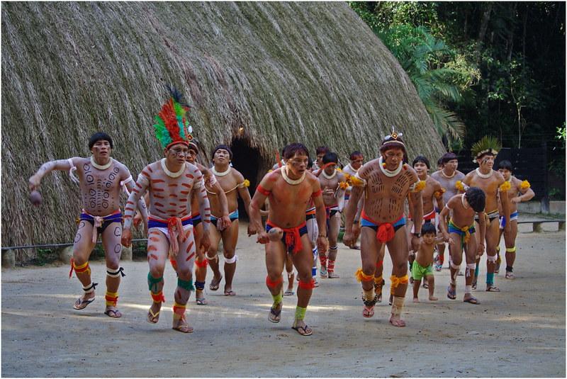 Indios Kuikuro bailando en Toca da Raposa, São Paulo, Brasil.  © Wilfred Paulse Wilfred Paulse on Flickeflu