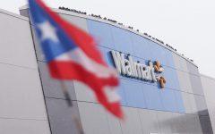 Una bandera puertorriqueña ondea frente a un Walmart ubicado en 4626 W Diversey Ave. que está llevando a cabo las vacunas Covid-19.