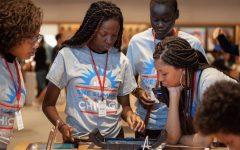 Jóvenes de One Summer Chicago participan en actividades y trabajos que promueve oportunidades de empleo.