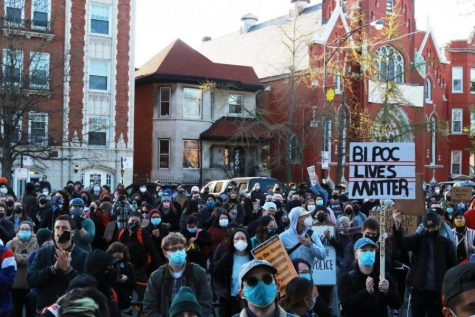 Los manifestantes en la protesta del 16 de abril contra la violencia policial llenan el lado oeste del parque Logan Square y se desbordan hacia el Logan Boulevard.
