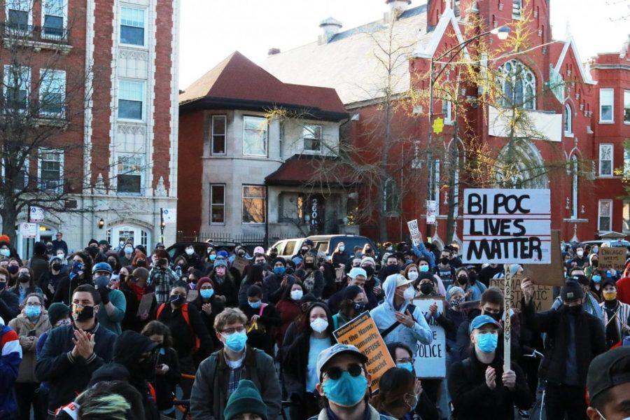 Los+manifestantes+en+la+protesta+del+16+de+abril+contra+la+violencia+policial+llenan+el+lado+oeste+del+parque+Logan+Square+y+se+desbordan+hacia+el+Logan+Boulevard.%0A%0A