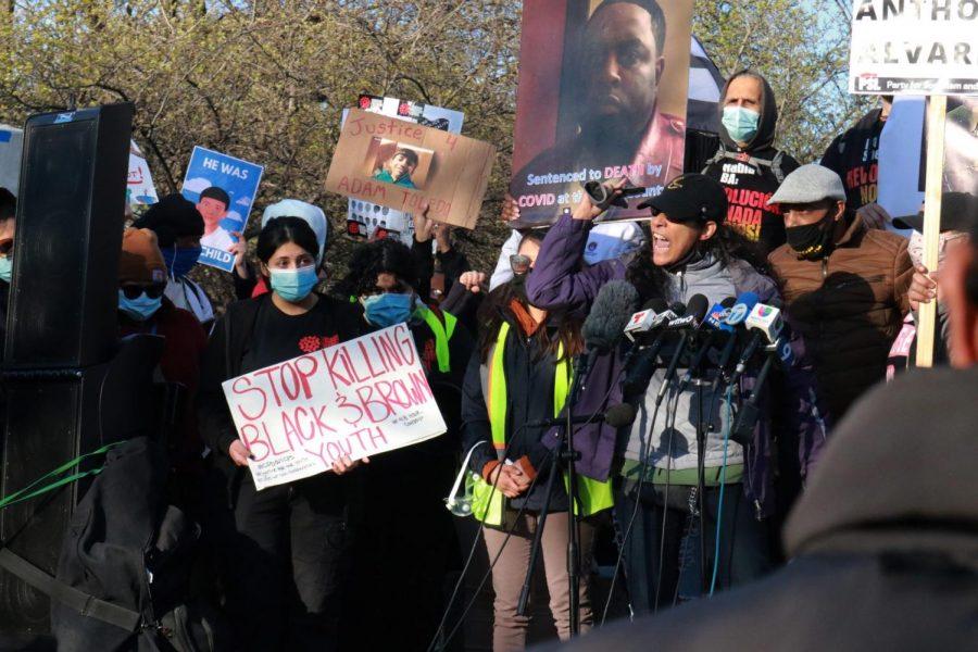 Unas de las oradoras en la protesta del 16 de abril contra la violencia policial da un discurso a la multitud reunida en el parque de Logan Square.