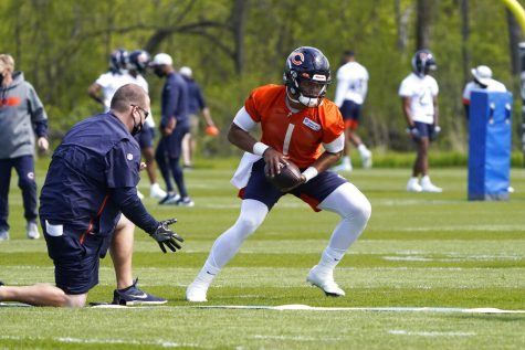 Chicago Bears quarterback Justin Fields (1) looks to hand off the ball during the NFL football team