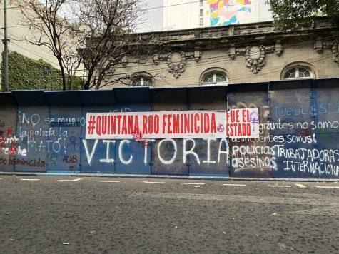 Un muro etiquetado con mensajes contra el feminicidio se muestra en el barrio Roma Norte de la Ciudad de México.