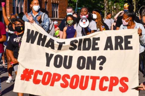 Miles de manifestantes marchan para exigir la destitución de la policía de Chicago de las escuelas públicas.