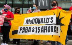 Los trabajadores de McDonald's están exigiendo un salario mínimo de $ 15 debido a una escasez nacional de mano de obra en la industria de la comida rápida.