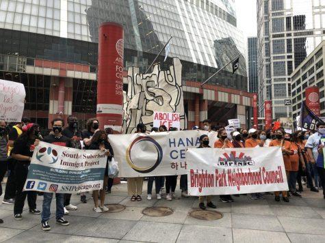 Manifestantes exigen que la administración de Biden proporcione la ciudadanía para todos durante una protesta organizada por la Coalición de Illinois por los Derechos de Inmigrantes y Refugiados (ICIRR).