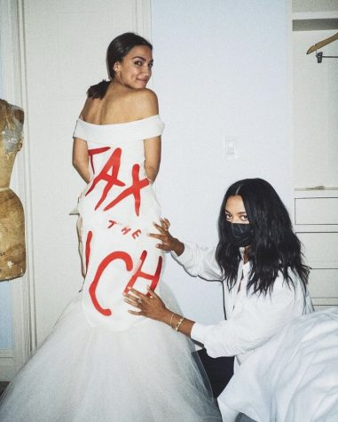 Alexandra Ocasio-Cortez (AOC) posa con su vestido hecho por la diseñadora Aurora James.
