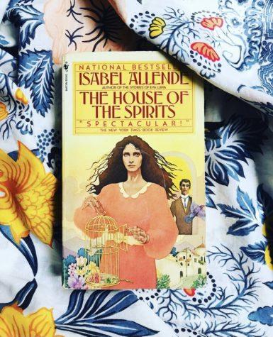 Los ex-alumnos de la Universidad de DePaul celebraron el Mes de la Herencia Hispana discutiendo el libro La Casa de los Espíritus escrito por Isabel Allende.